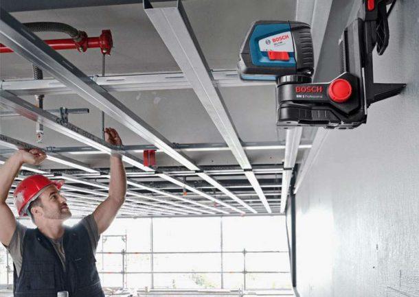 Натяжные конструкции монтируются быстрее гипсокартонных, зато последние проще сделать своими руками