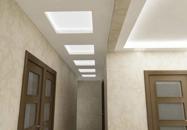 Двухуровневая конструкция с подсветкой в небольшой прихожей и узком коридоре
