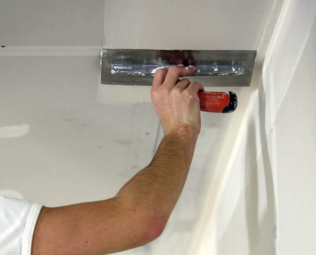 Как шпаклевать потолок под покраску своими руками 28