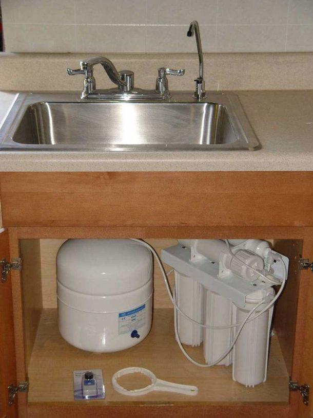 Система очистки воды, размещенная в пространстве под мойкой