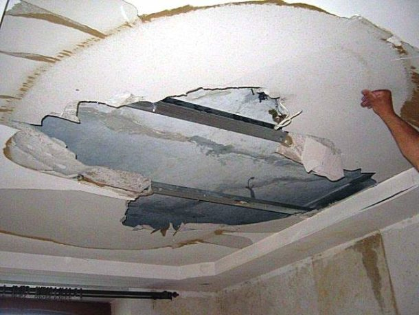 Плачевный вид потолка из ГКЛ после протечки