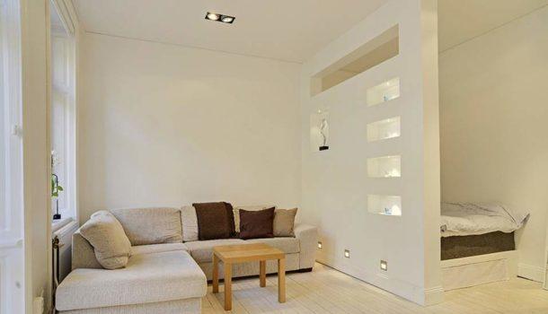 Перегородка со сквозными нишами для зонирования пространства в комнате