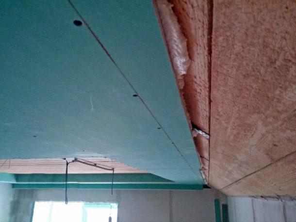 Способ крепления ГКЛ к потолоку при помощи монтажной пены и дюбелей