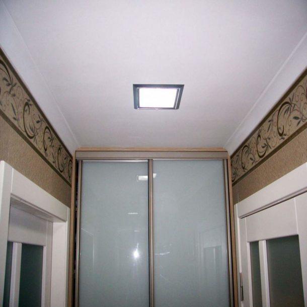 Простой одноуровневый потолок с плоским светильником для маленького помещения