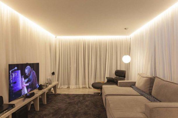 Подсветка одноуровневой конструкции, визуально увеличивающая высоту потолка