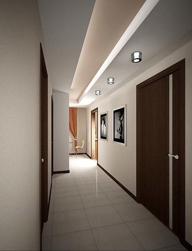 Продуманная потолочная конструкция поможет сбалансировать пространство в узком коридоре