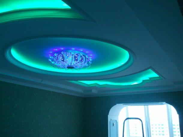 Многоуровневый потолок с неоновой подсветкой станет главным украшением комнаты