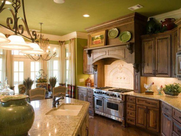 Фисташковый потолок на кухне во французском стиле