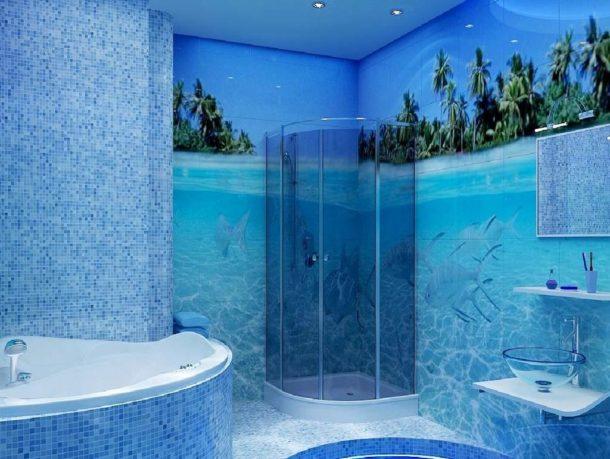 Оформление просторной ванной голубой мозаикой и фотоплиткой