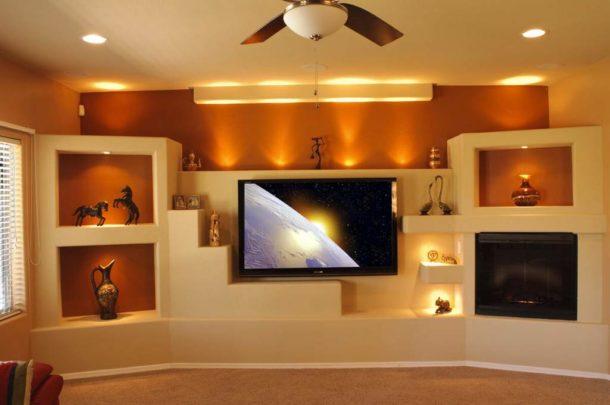 Гипсокартонная конструкция с телевизором и электрокамином в необычном исполнении