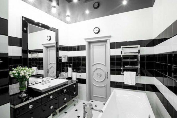 Глянцевый черный потолок в ванной