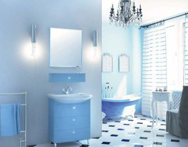 Голубая и светло-синяя мебель и сантехника хорошо вписывается в общую картину