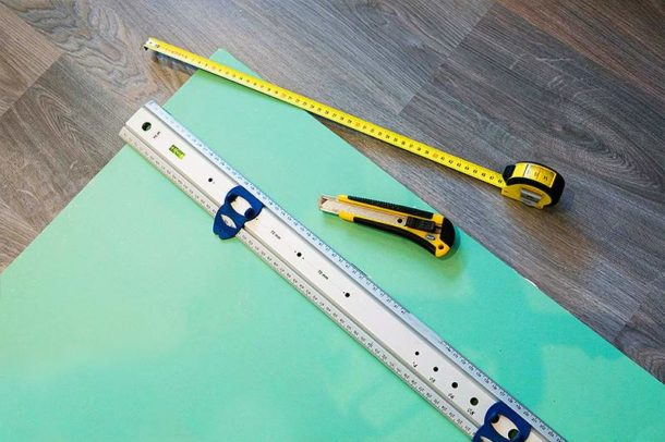 Резать ГКЛ можно обычным строительным ножом