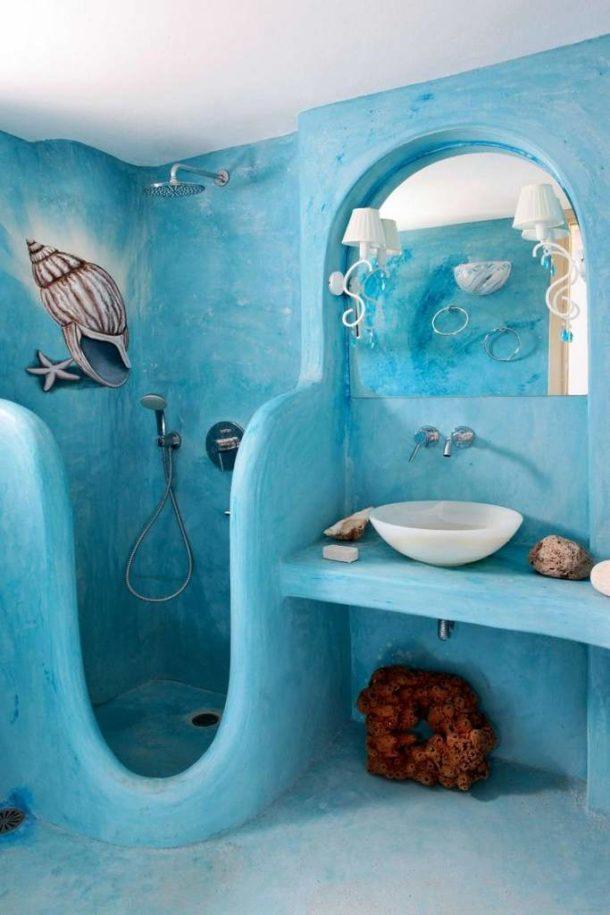 Интересная голубая ванная в морском стиле