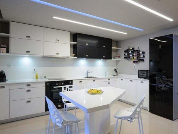 Оригинальный потолок для кухни в стиле хай-тек