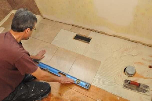 Кладем плитку на деревянные полы в ванной