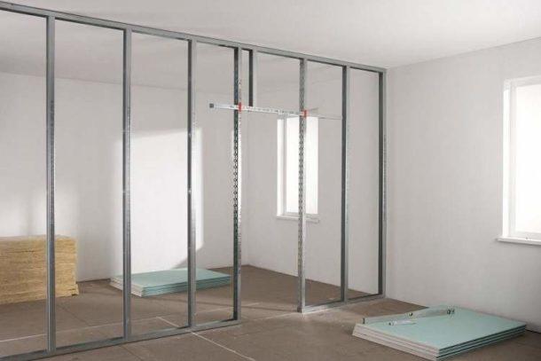 Каркас перегородки из ГКЛ: к стенам, потолку и полу крепятся направляющие,а в них вставляются несущие профили