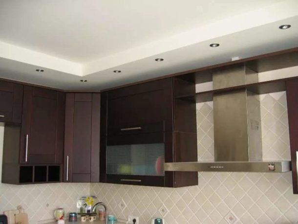 Классическая схема расположения потолочных точечных светильников на кухне