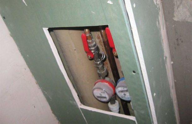 Короб, обшитый ГКЛ, с вырезанным отверстием под сантехнический лючок