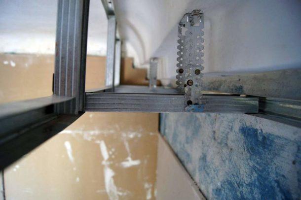 Крепление подвесов при монтаже каркаса для гипсокартонного короба