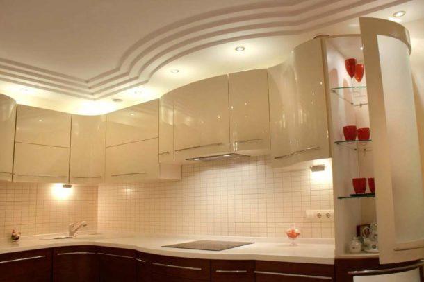 Многоуровневая потолочная конструкция на кухне