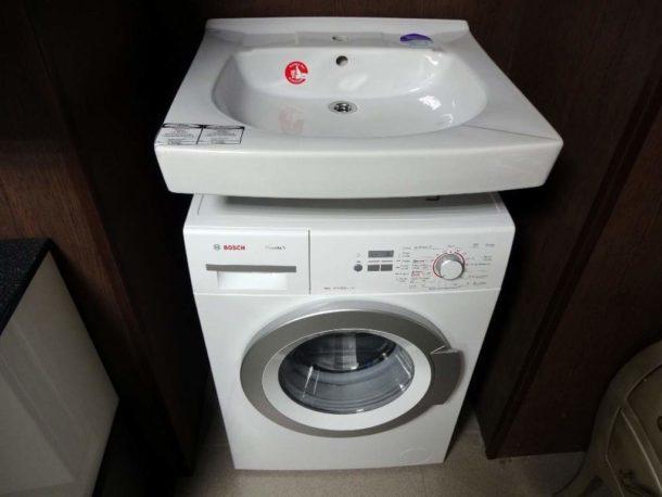 Особая плоская раковина, предназначенная для установки над стиральной машиной
