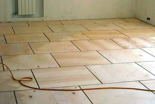 Подготовка пола под укладку плитки с помощью фанеры - хорошее решение при наличии деревянного основания