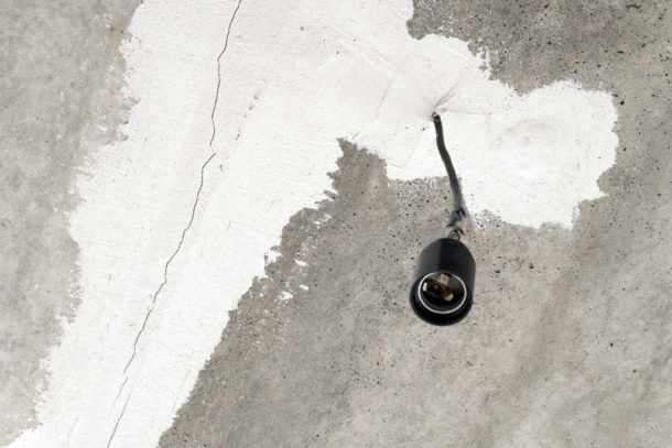 Все трещины на бетонном основании необходимо заделать
