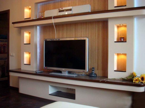 Гипсокартонная конструкция с нишами и полкой-подставкой под TV