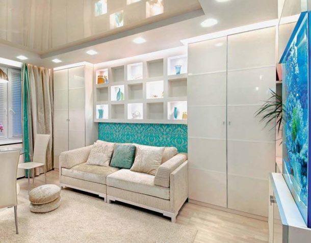 Гипсокартонные полочки с подсветкой над раскладным диваном