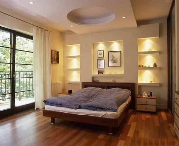 Конструкция с полочками в спальне