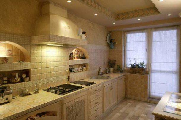 Оформление потолочной поверхности на кухне в средиземноморском стиле
