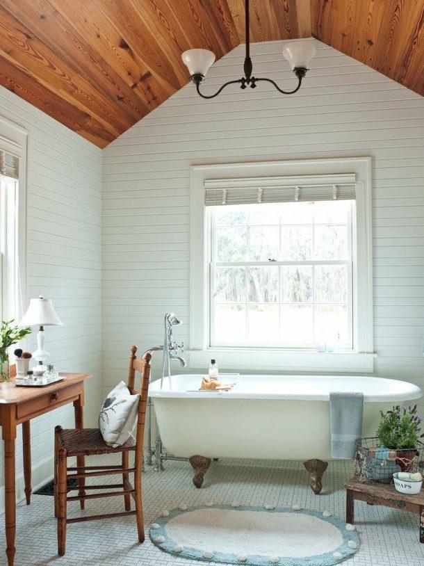 Потолок из дерева во французской ванной
