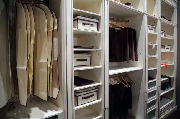 Полки в гардеробной или шкафу из ГКЛ можно разместить наиболее удобным способом