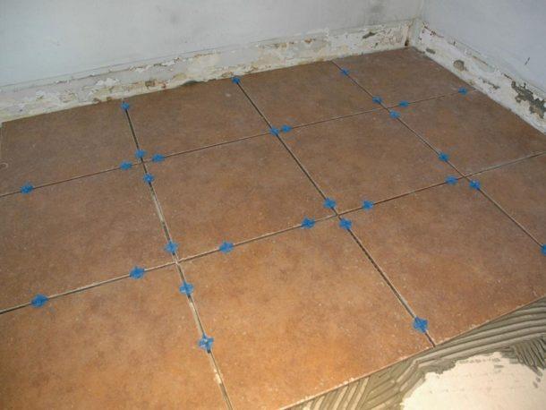 Процесс укладки плитки по прямой схеме
