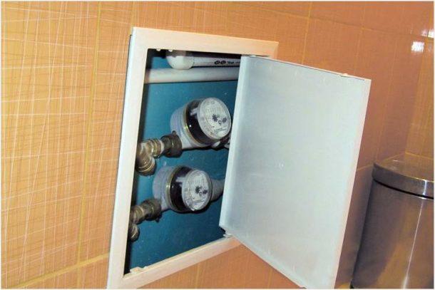 Сантехнический лючок для доступа к трубам и счетчикам