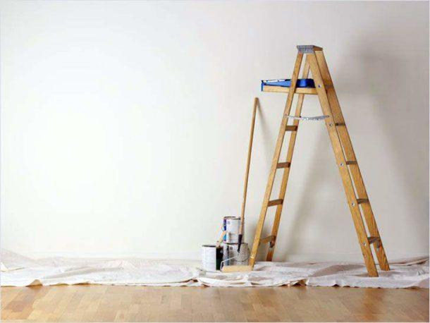 Работая с потолком, не обойтись без стремянки
