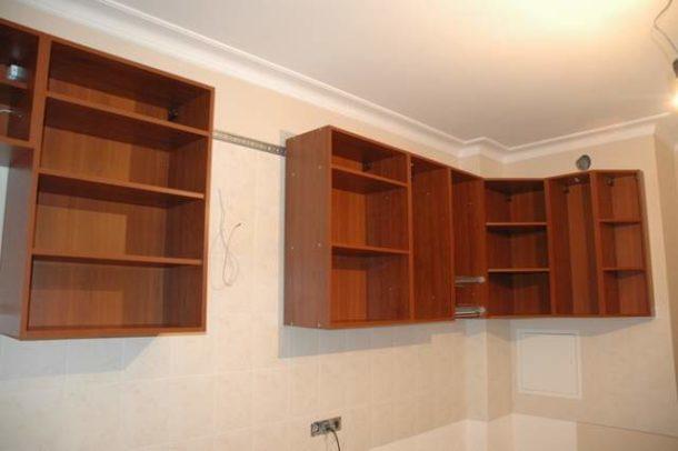 При навешивании кухонных шкафов на стену из ГКЛ нужно соблюдать несколько важных требований