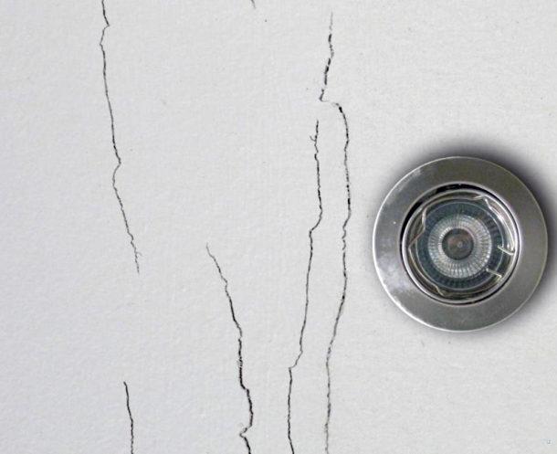 Трещины на потолке из ГКЛ могут появиться из-за усадки дома, поэтому для новостроек лучше выбрать другой материал