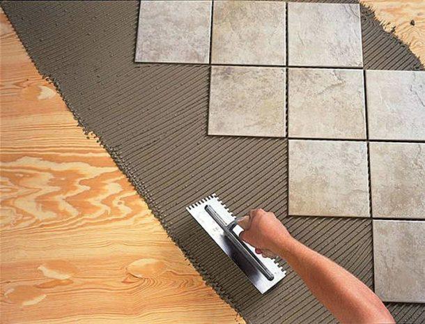 Укладка плитки на пол из дерева