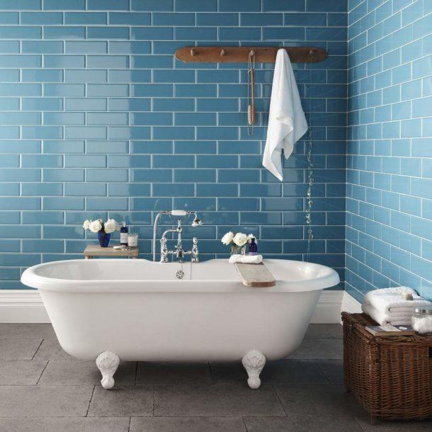 Сочетание настенной голубой плитки и темного пола