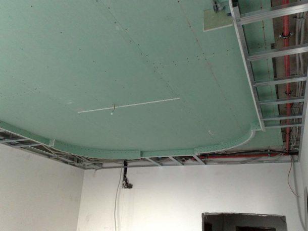 Потолочная конструкция из влагостойкого гипсокартона