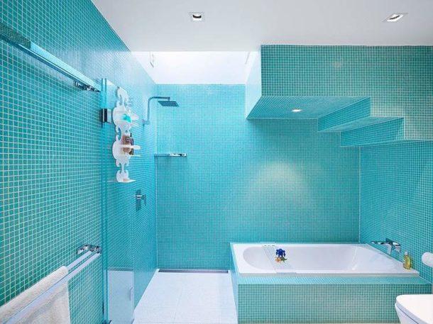 Зонирование ванной комнаты с помощью многоуровневой потолочной конструкции