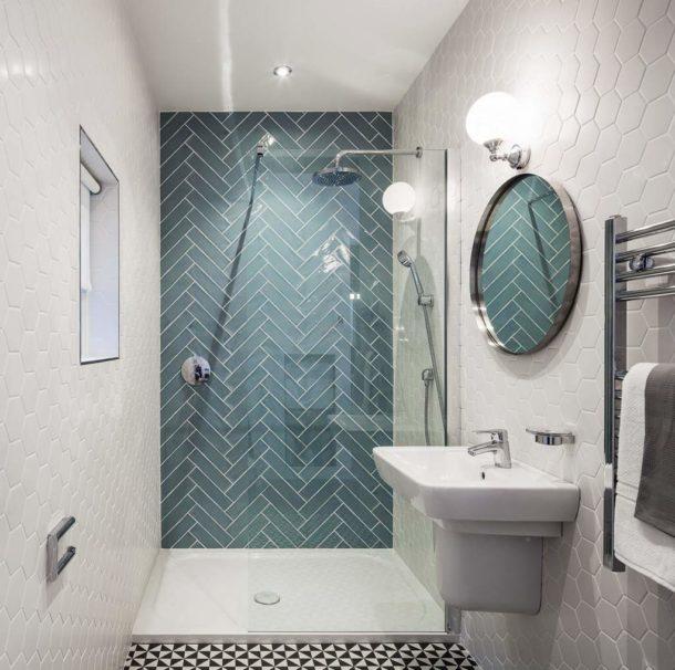 Акценты в белой ванной комнате