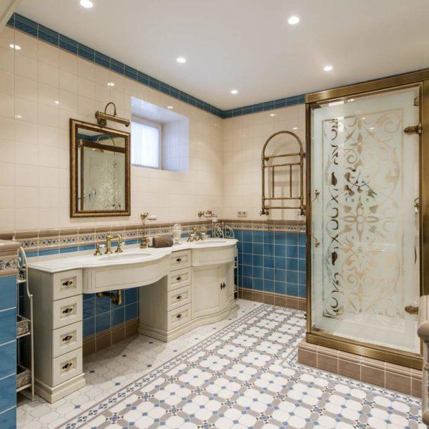 Умеренное количество бежа в ванной в английском стиле