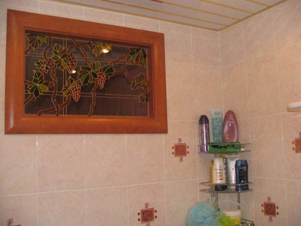 Окошко на кухню, декорированное при помощи витражных красок