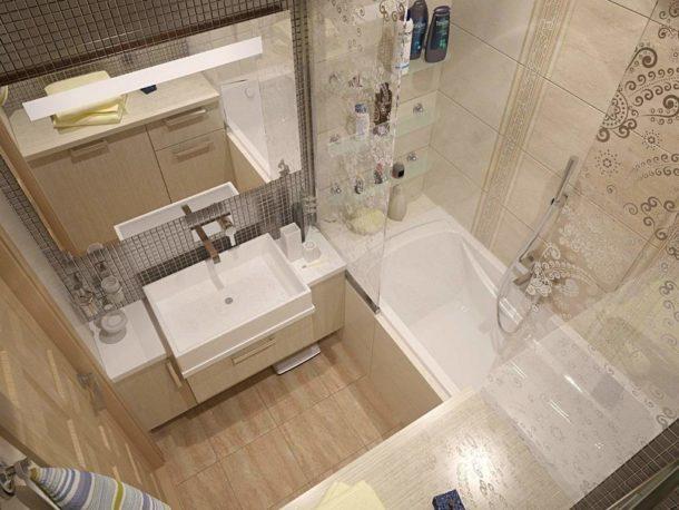 Светлые шкафчики и полочки в ванной смотрятся довольно компактно