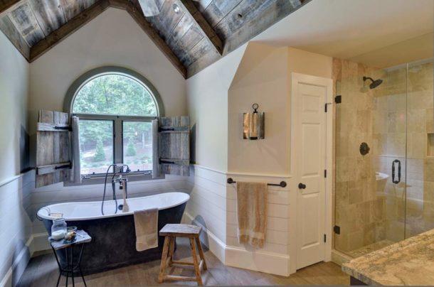 Проем со ставнями в ванной в стиле кантри