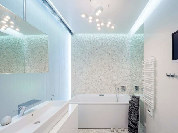 Визуальное расширение пространства за счет использования светлой отделки, правильной подсветки и зеркал