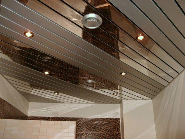 Реечный потолок: чередуем матовые и глянцевые панели
